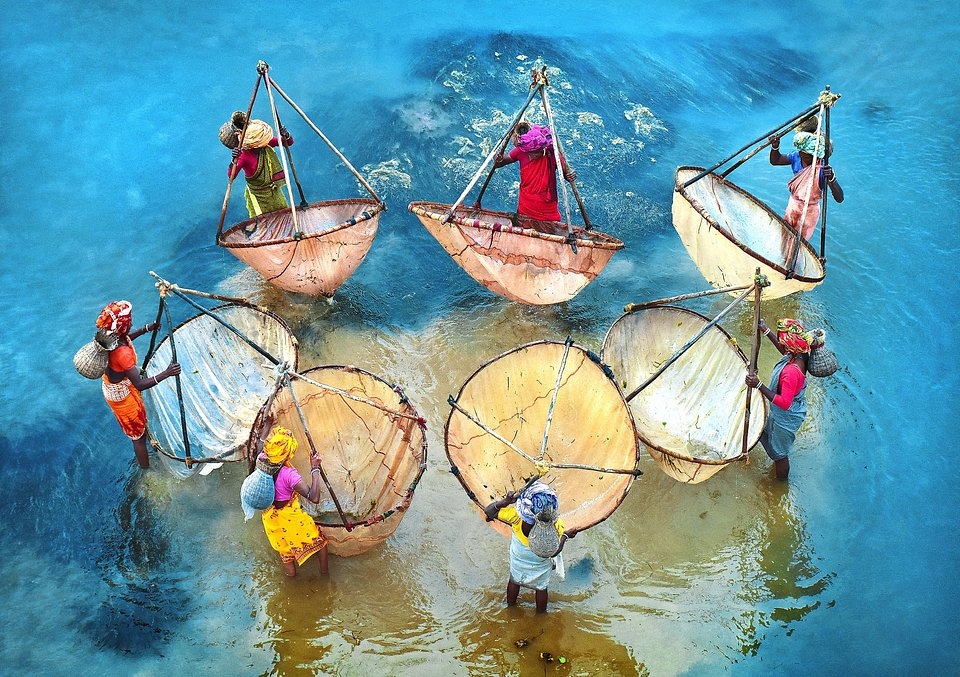 Women fishing in West Bengal before heading to the market (Pranab Basak/Agora)