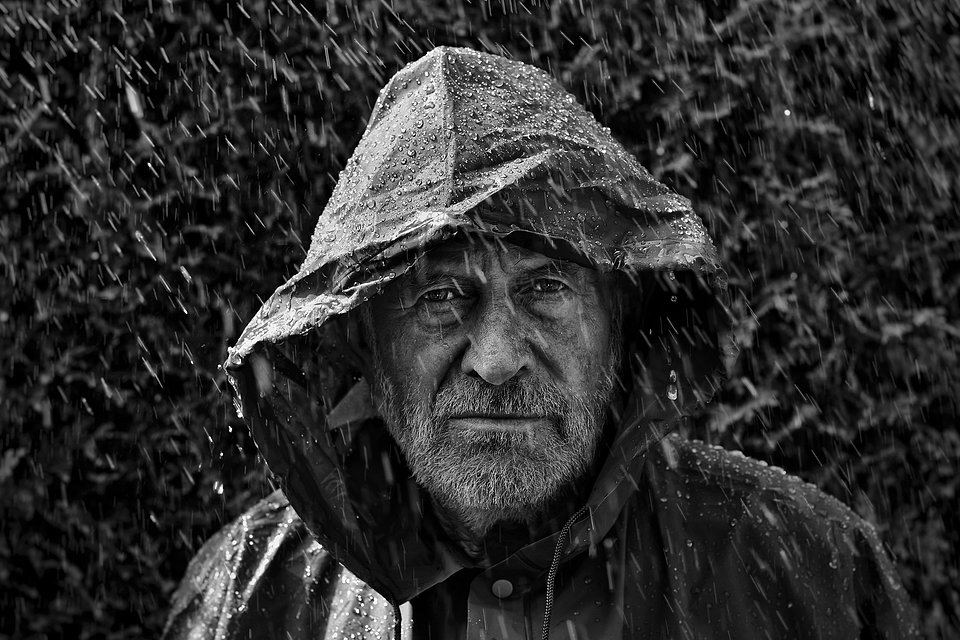 Beautiful portrait of the photographer's father under the rain (Perry Wunderlich/Agora)