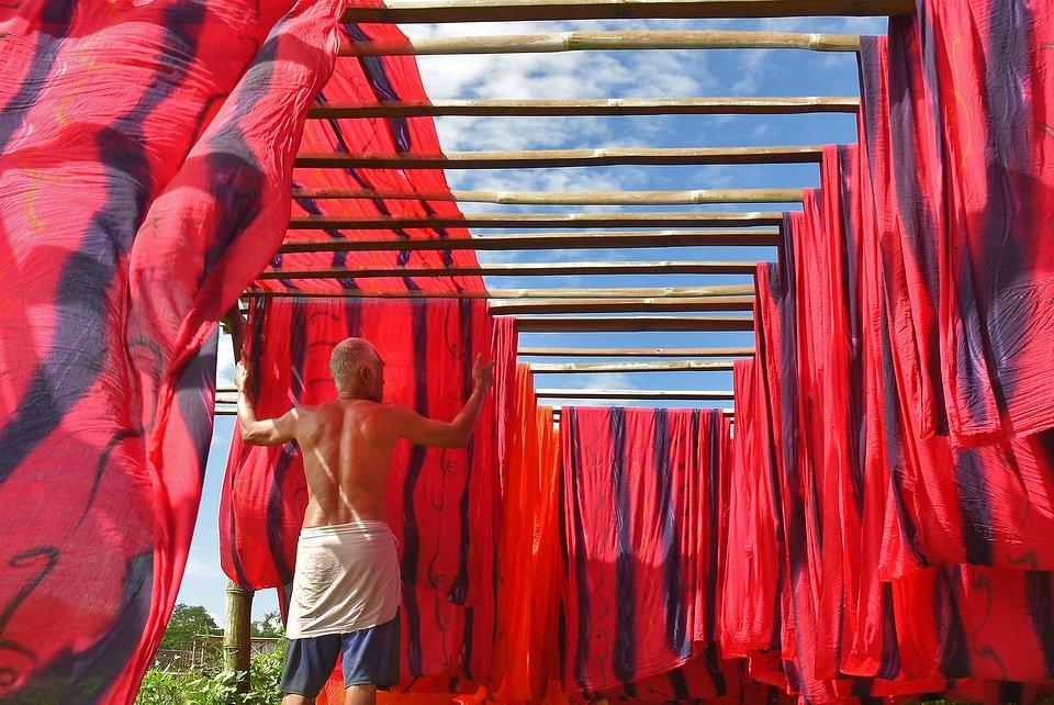 Traditional cloth drying in Surakarta (Wibowo Rahardjo/AGORA images)