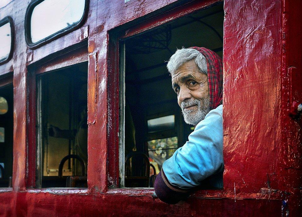 Departure goodbye at Barrackpore's train station (Debasish Chakraborty/AGORA images)