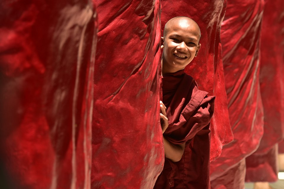 Cheerful monk poses for the camera (Thant zin/AGORA images)