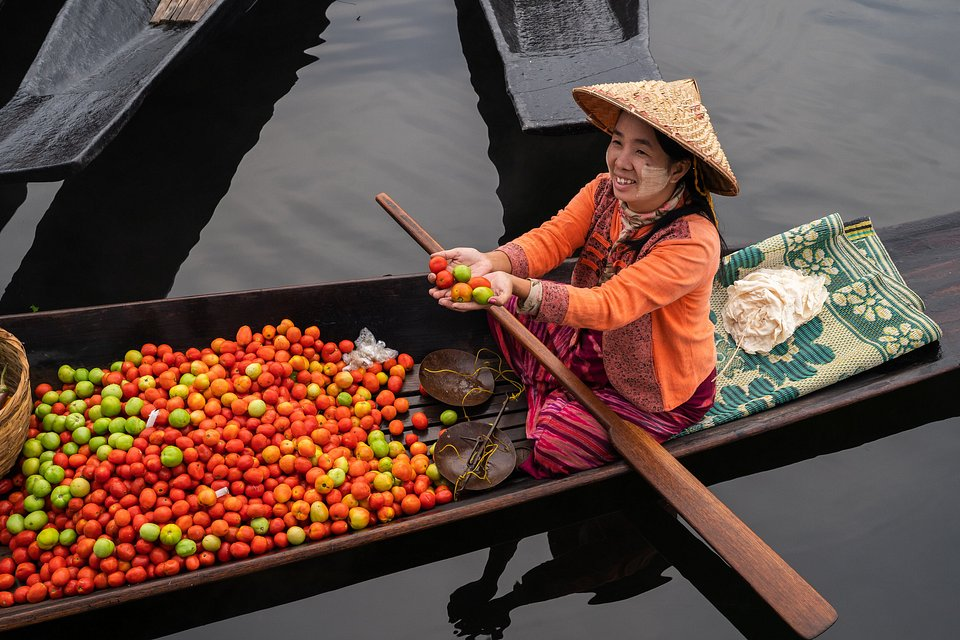 Vendor selling tomatoes at the local floating market (Wadi Aye/AGORA images)