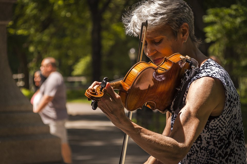 Violinist Susan Kisser playing the Game of Thrones soundtrack in Central Park, NYC (Rafael Granados/AGORA images)