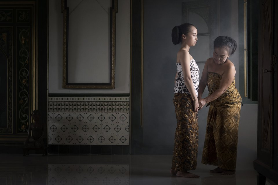 A mother and her daughter are preparing for traditional dance ceremony (Asad Khalid Sungkar/AGORA images)
