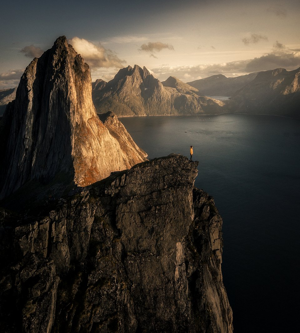 📍Senja, Norway (Corinna Jüptner/AGORA images)