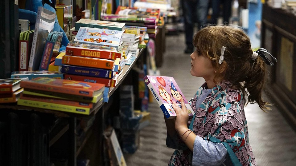 Obrador states that his daughter ran from his arms straight to the bookshelf with a giant smile on her face. She gives him hope for the education of the next generation. (Enrique Planelles Obrador/Agora)