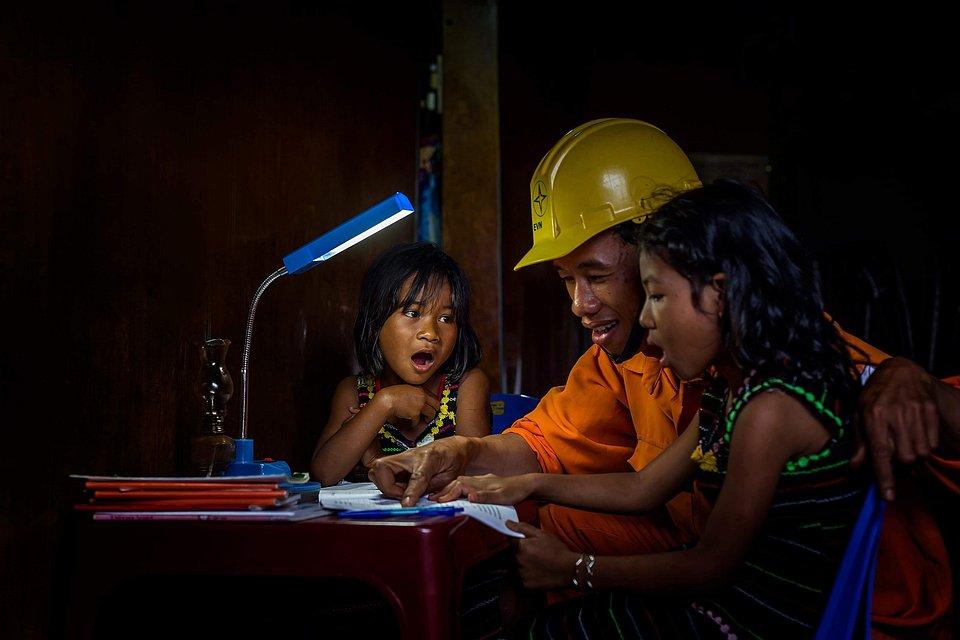 With their mouths open in shock, these two girls learn some astonishing facts from an electrician. (Đỗ Tuấn Ngọc/Agora)