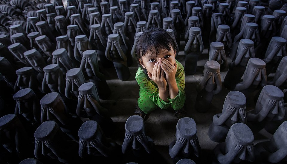 @quoclinhvinhnguyen snapped this photo after this little girl followed her mother to their pottery factory. (Agora)