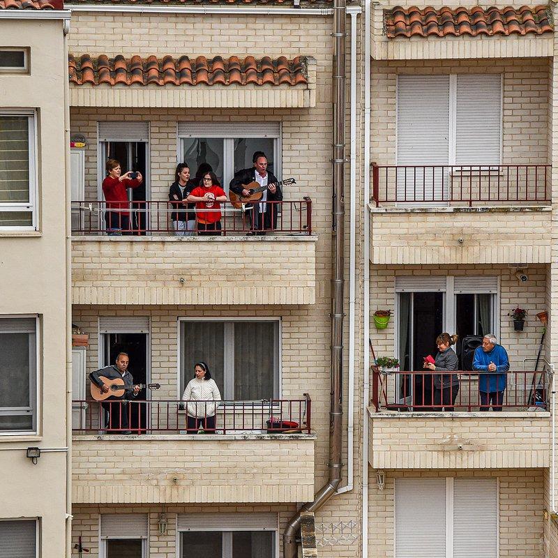 'Spanish way of celebrating medical staff' by @nicoprg (France).jpg