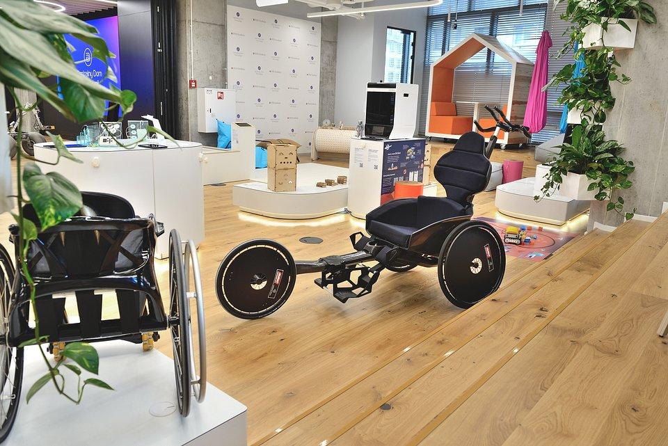 drukowany w technologii 3D inwalidzki wózek biegowy EASY Edge BULLET Cosmotech 3D,