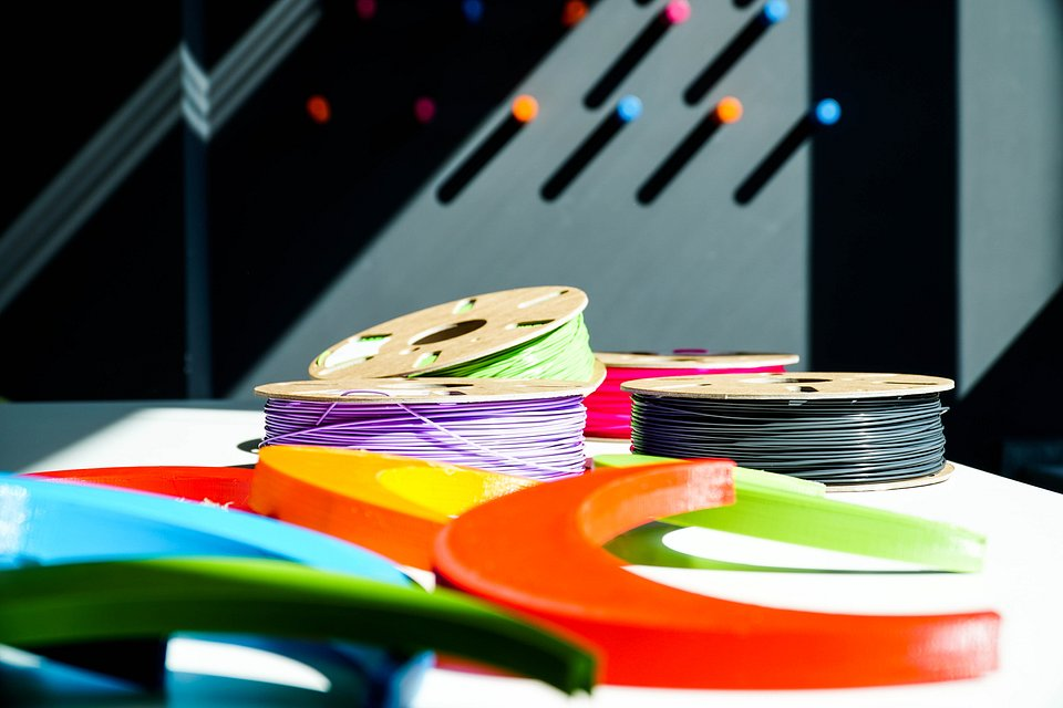Do druku wykorzystywane są filamenty PET-G oraz PLA.