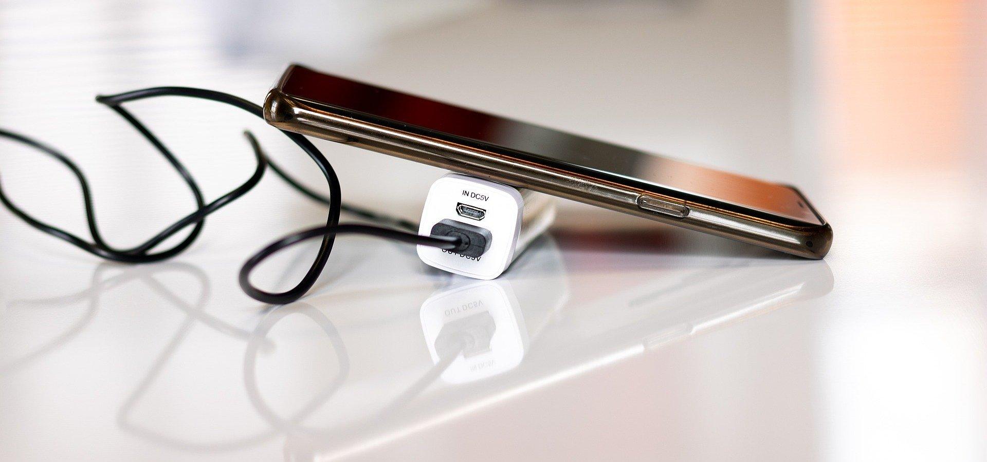 Trzy rady, dzięki którym będziesz rzadziej sięgać po ładowarkę do smartfona