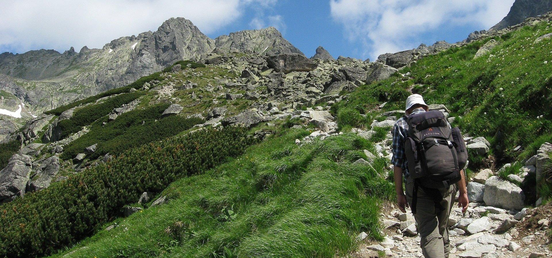 Szczyt sezonu w Tatrach. Jak zaplanować bezpieczną wędrówkę po górach z dala od tłumów?