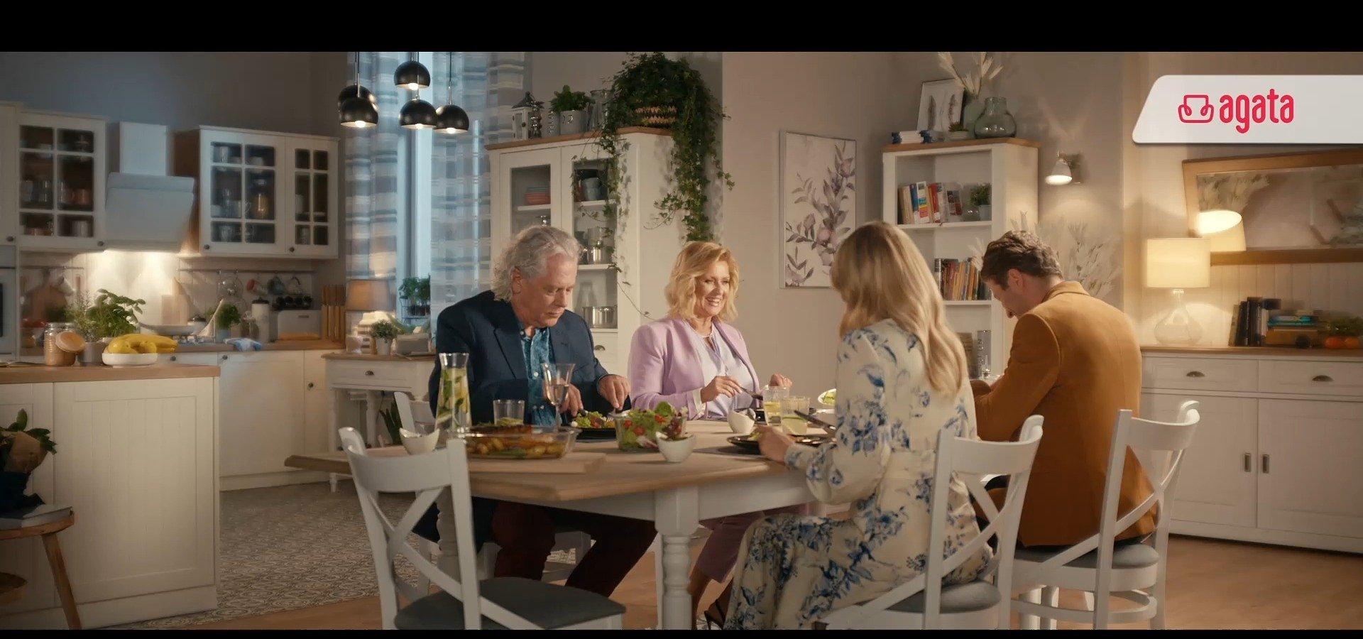 Synowa i Teściowa wybierają stół. Nowy spot reklamowy Salonów Agata