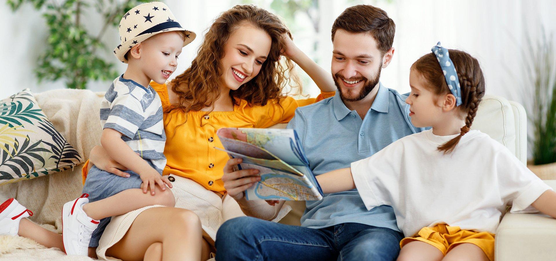 RAPORT: Różne dwie połówki wakacji. Porównanie wyborów i wydatków urlopowych Polaków