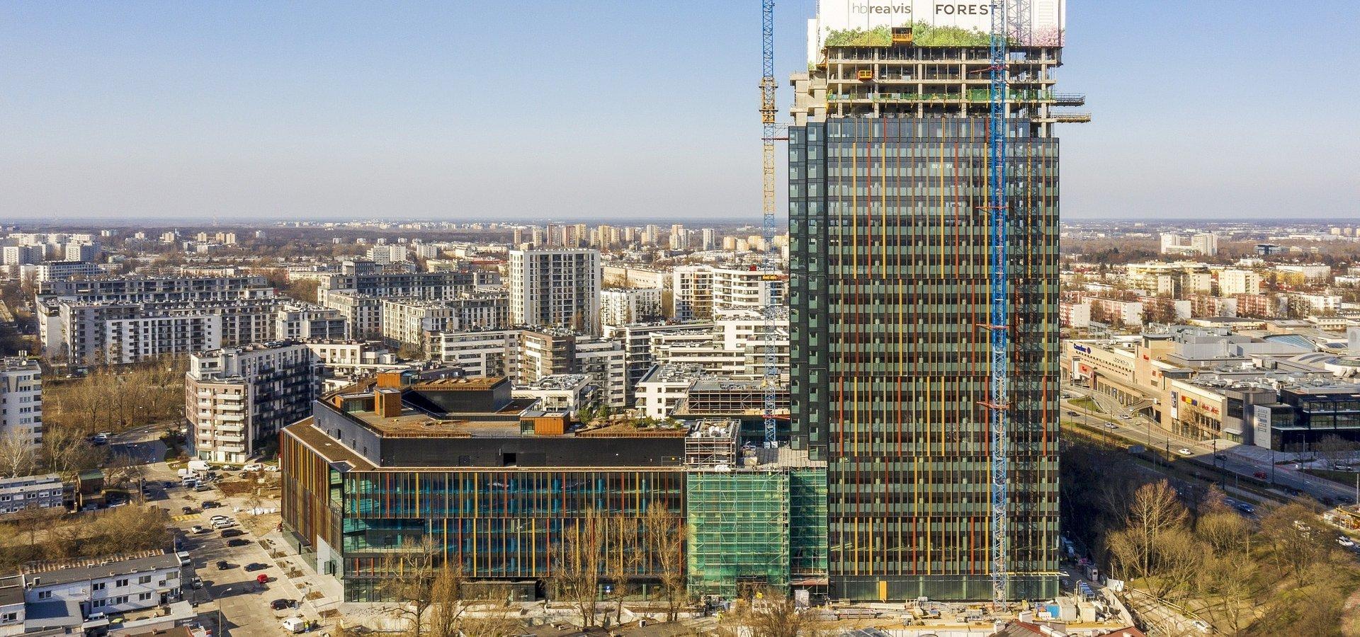 Do Forest zawitała wiosna – pierwszy biurowiec kampusu gotowy, a 120-metrowy wieżowiec już z pełną wysokością