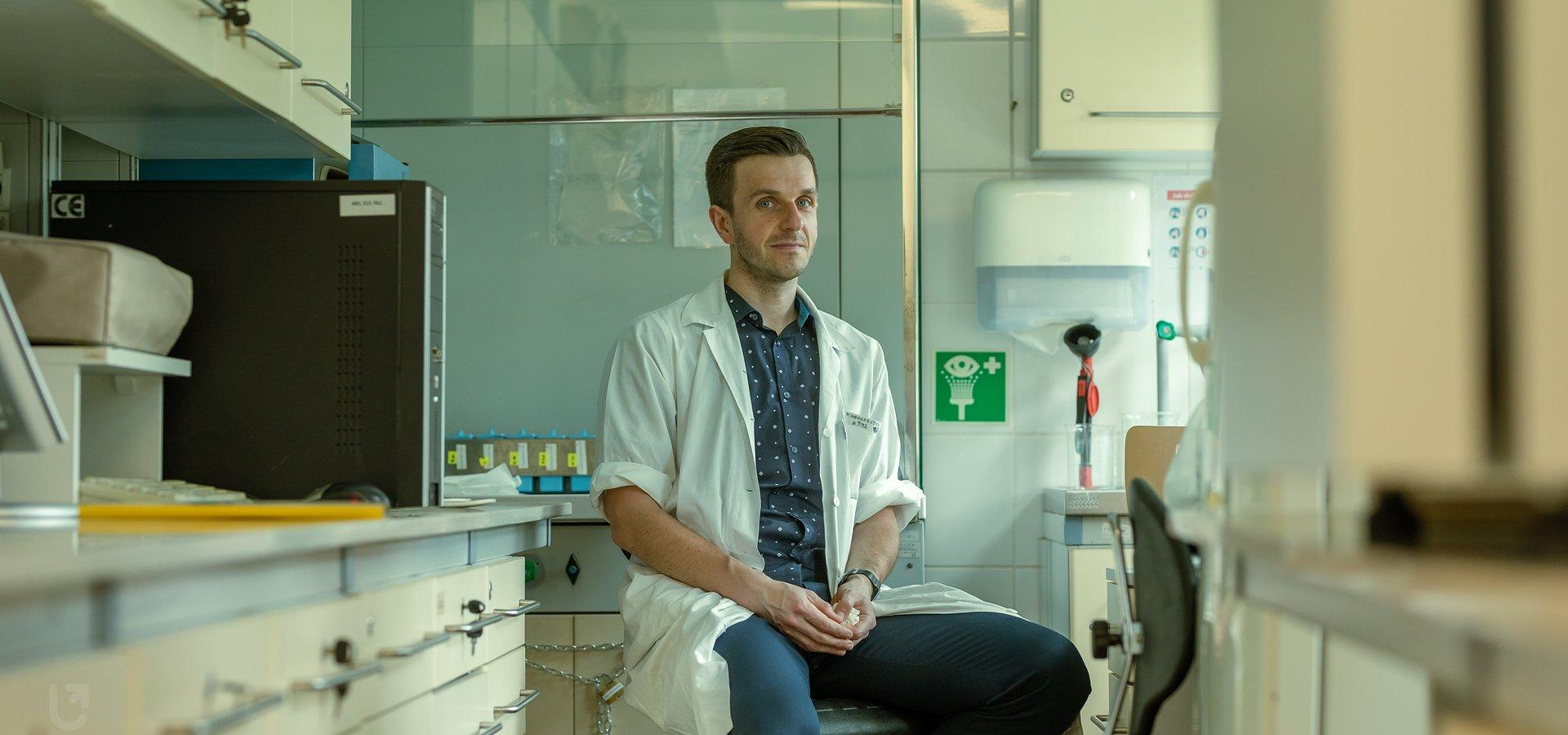 Naukowiec z UŁ pracuje nad nową terapią dla osób z AZS