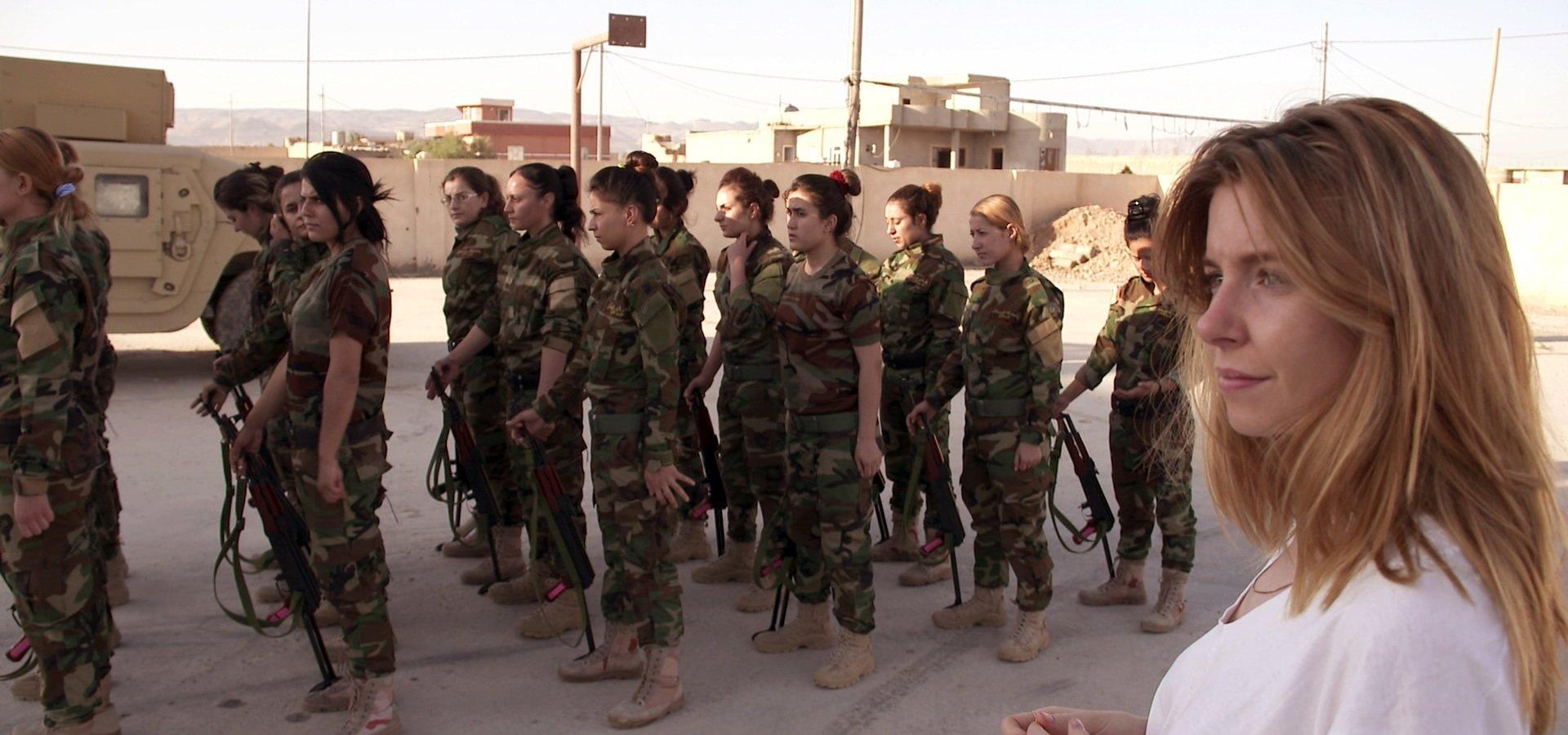 """Nieustraszone wojowniczki w walce o wolność. """"Dziewczyny, broń i ISIS"""" w listopadzie na kanale Nat Geo People"""