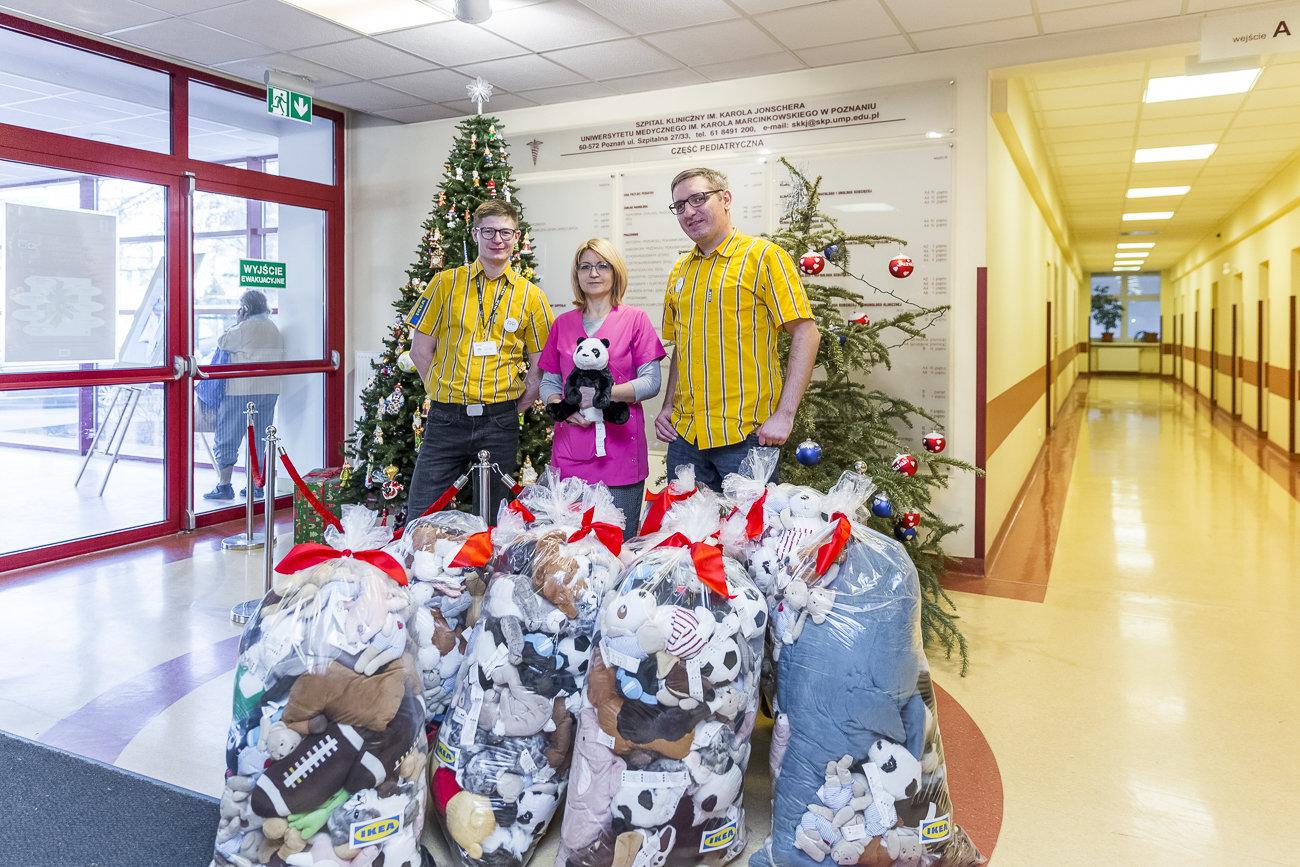 IKEA Poznań przekazała pluszaki dla małych pacjentów  Szpitala im. Karola Jonschera