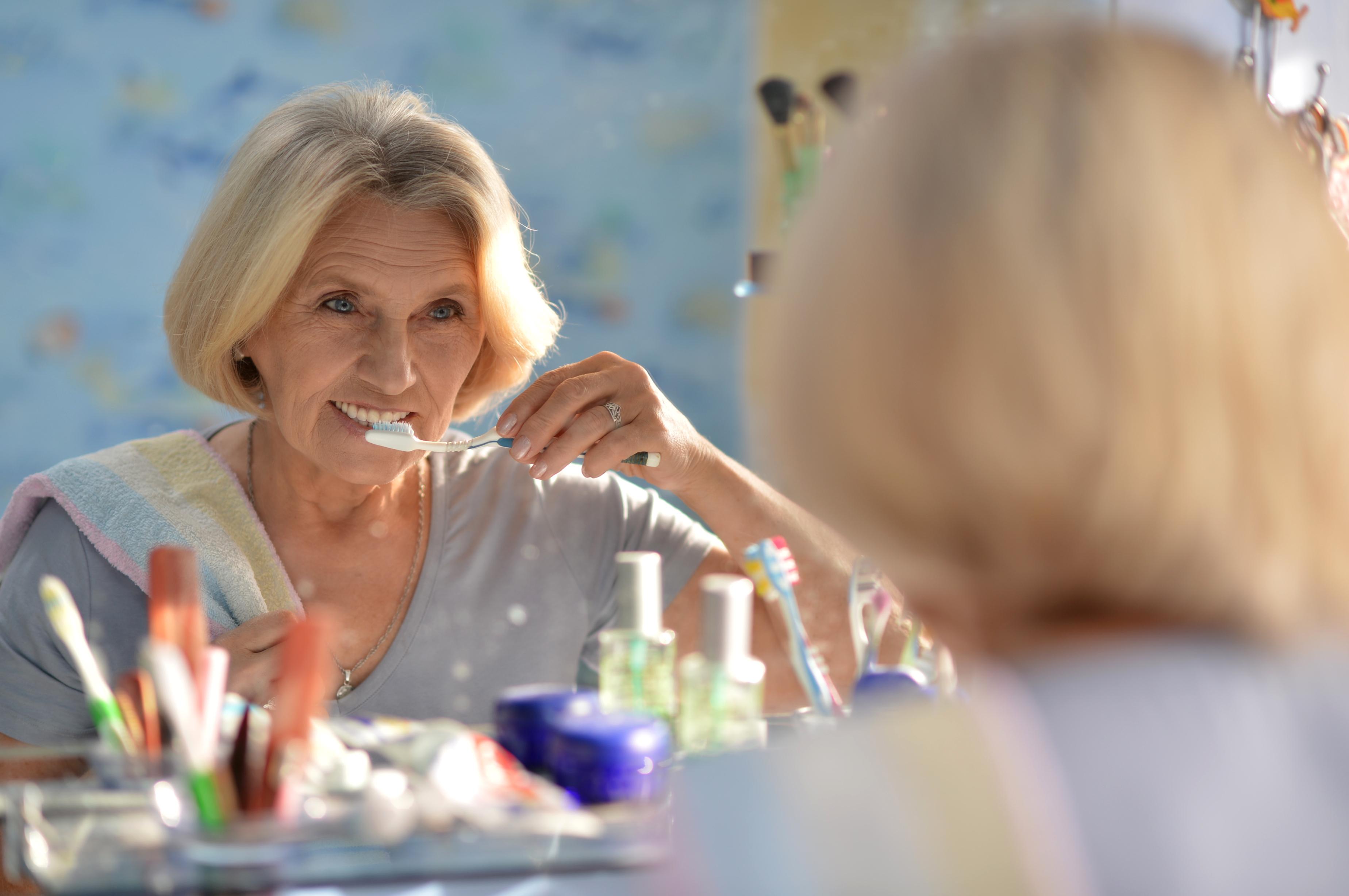Higiena protez zębowych. Stomatolog przypomina, że pielęgnacja protez jest tak samo ważna, jak naturalnych zębów.
