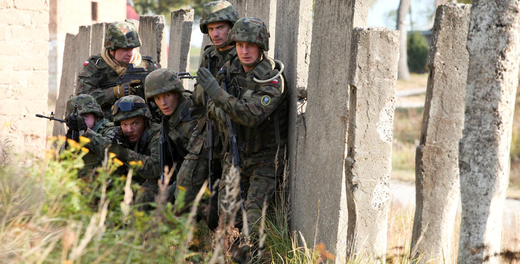 Życie polskich żołnierzy w Afganistanie, skrywająca sekrety społeczność australijskiego pustkowia i wymykająca się stereotypom detektyw – wrześniowe premiery serialowe w Ale kino+