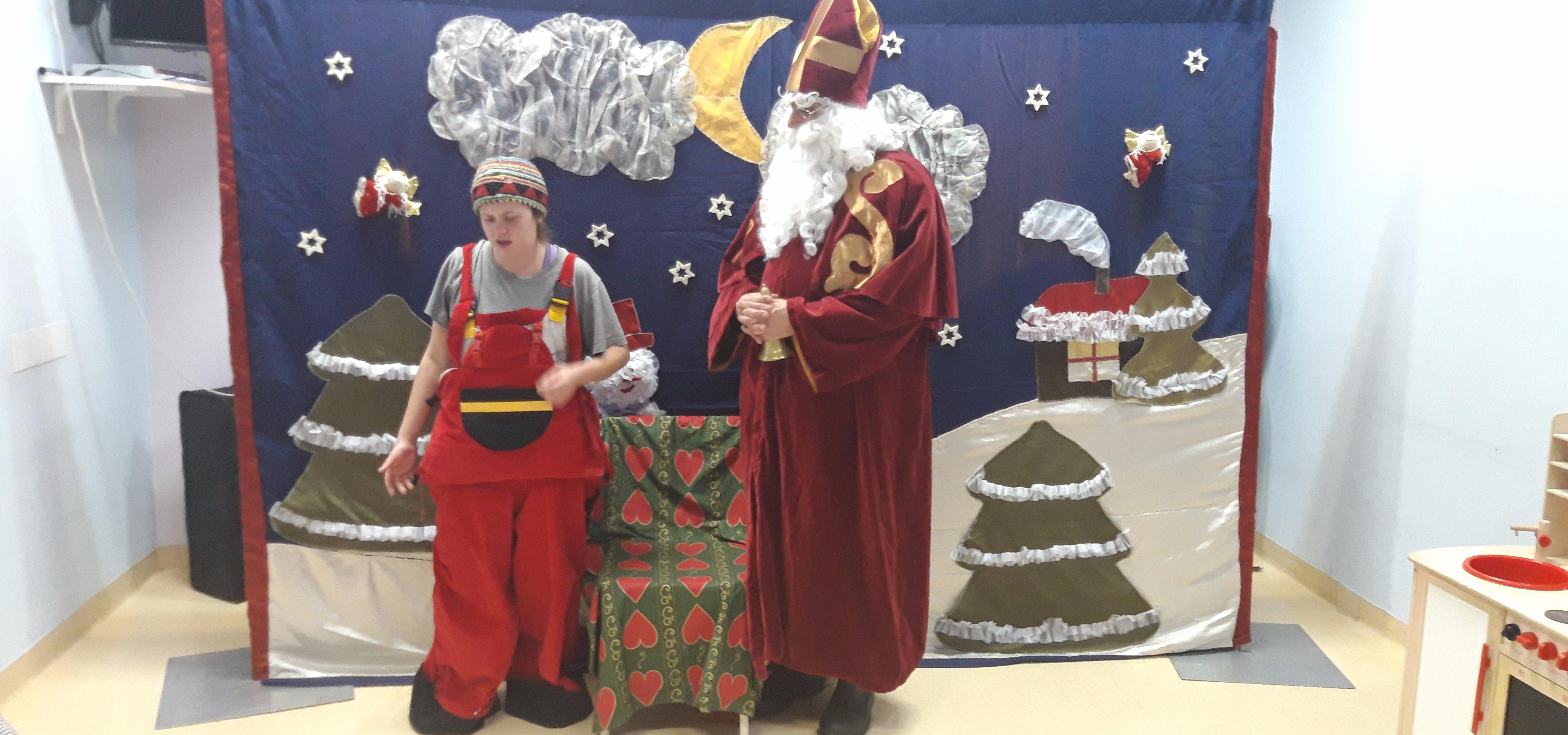 Teatralny Mikołaj na oddziale dziecięcym