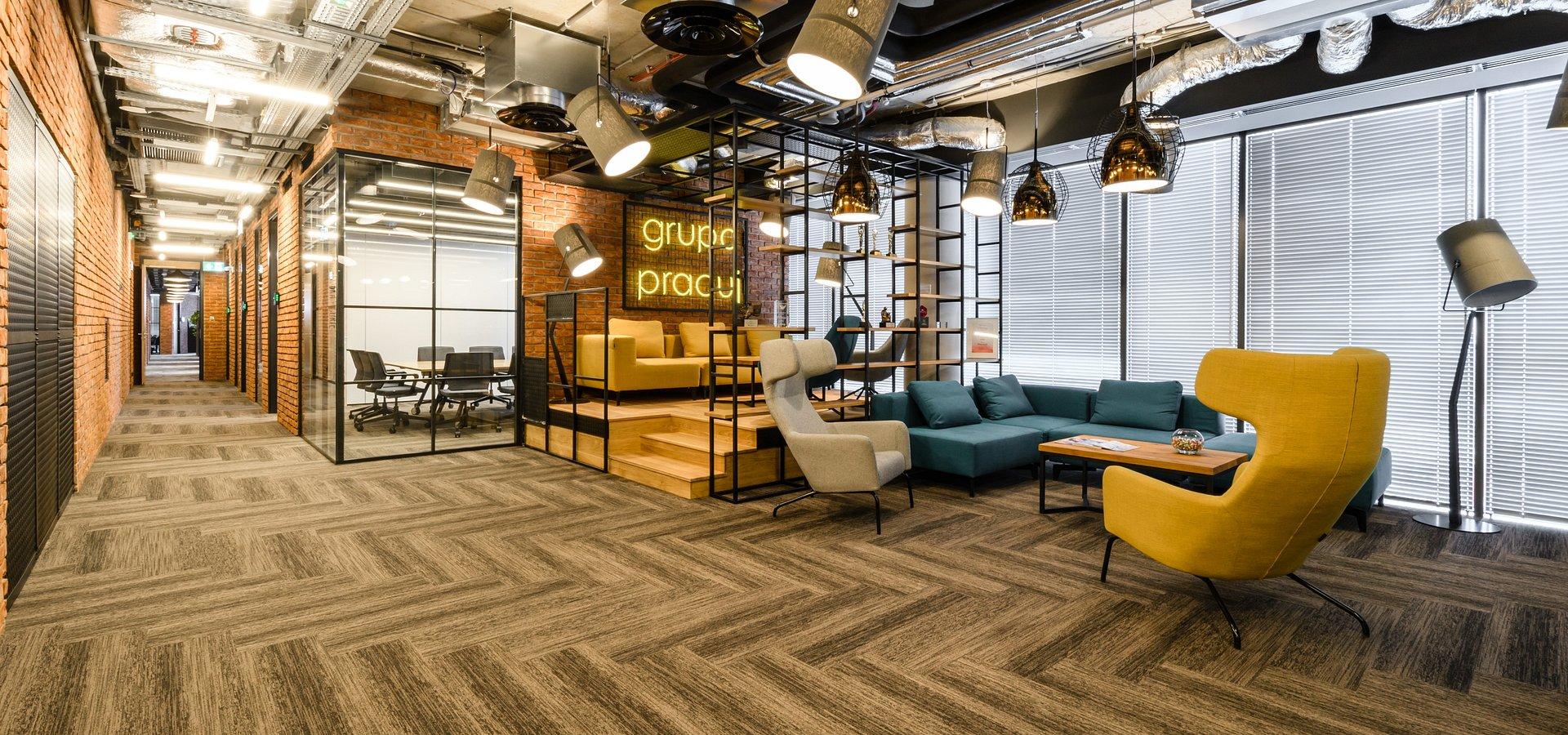 Open space i hot desk – wolność, czy problem?