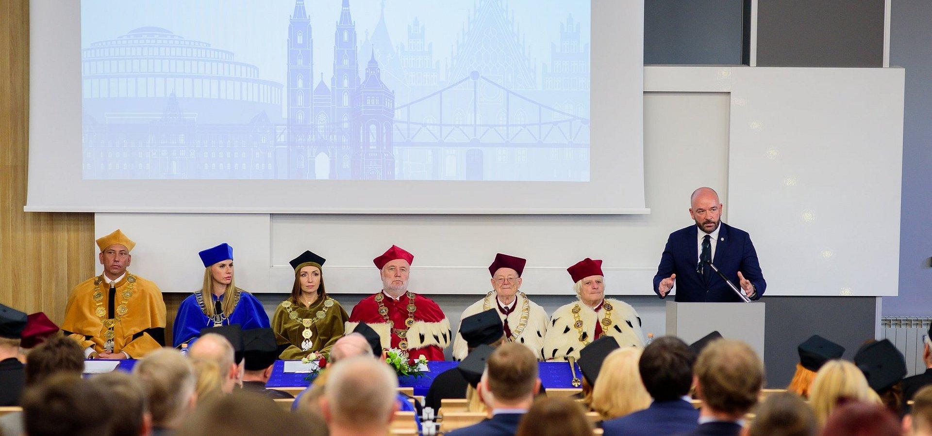 Największa niepubliczna uczelnia otworzyła rok akademicki dla 18 tys. studentów