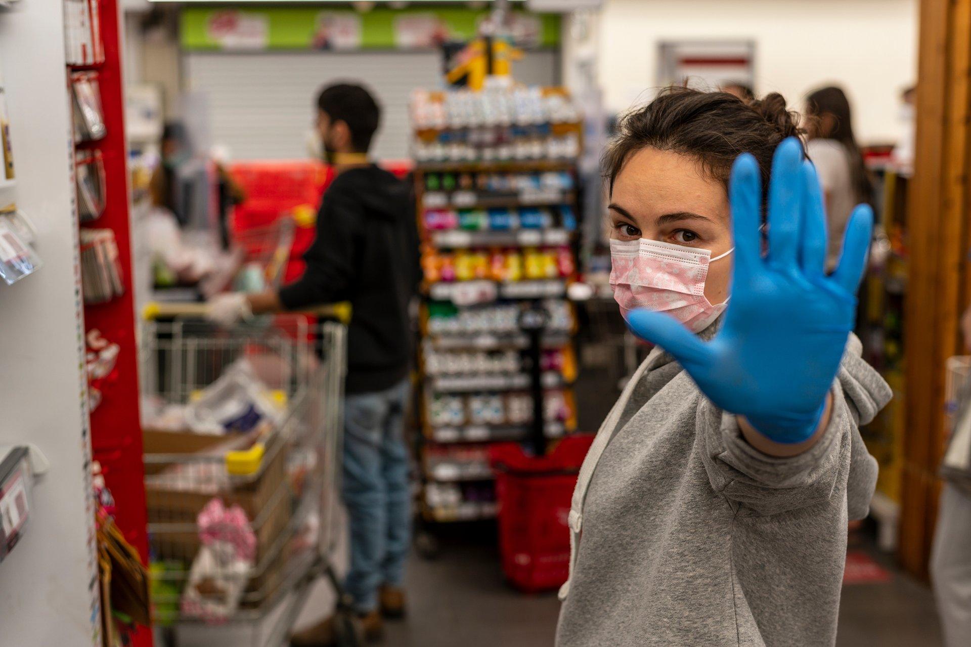 Maski w sklepach i aptekach: społeczeństwo podzielone, RPO zabiera głos