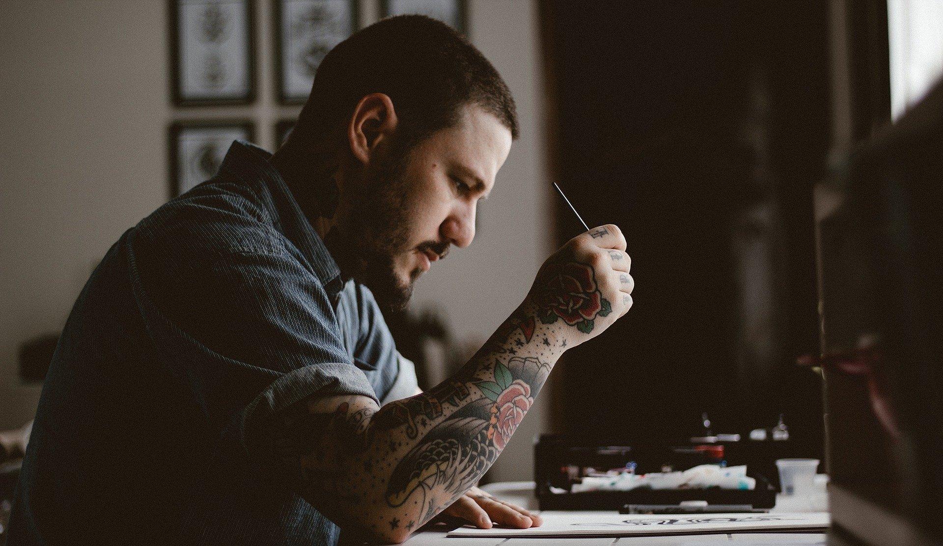 Tatuaże demaskują stereotypy? Badania studentów DSW
