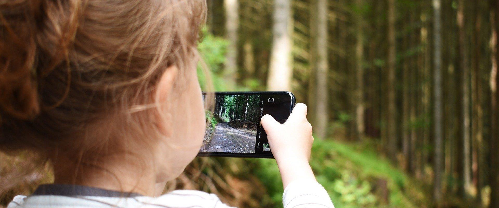 Bezpieczny telefon dla dziecka – jak zabezpieczyć smartfon podczas wakacji?
