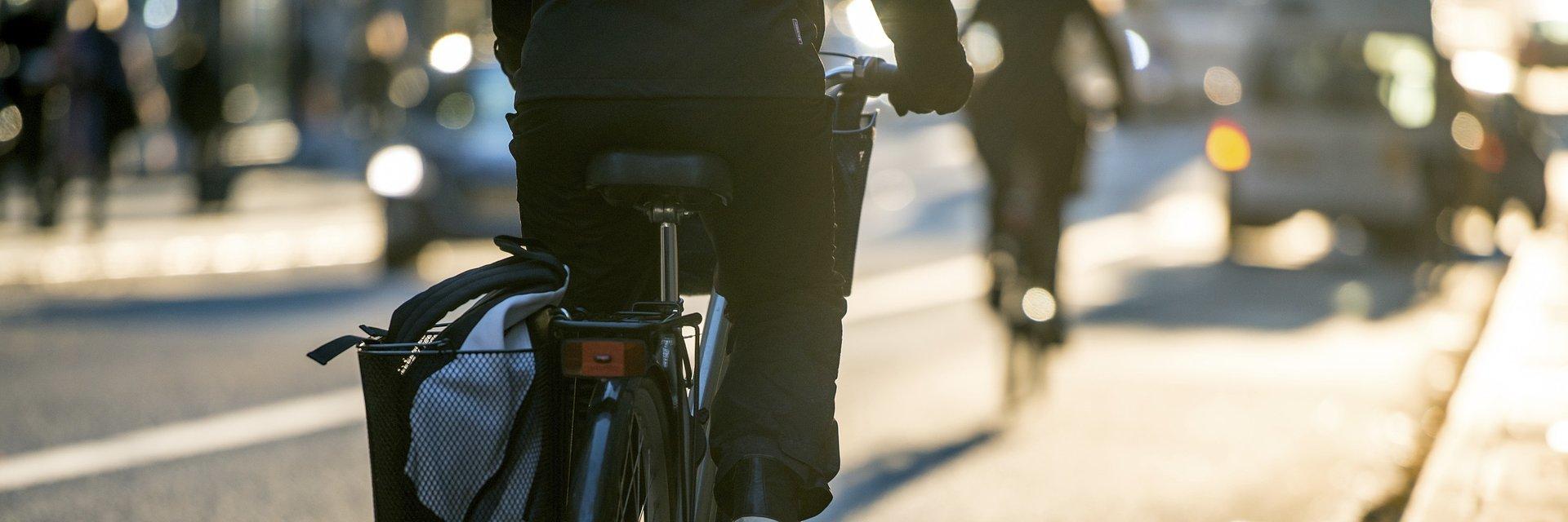 Samochody największym zagrożeniem rowerzystów? Blisko 40 proc. użytkowników jednośladów boi się kolizji z nimi