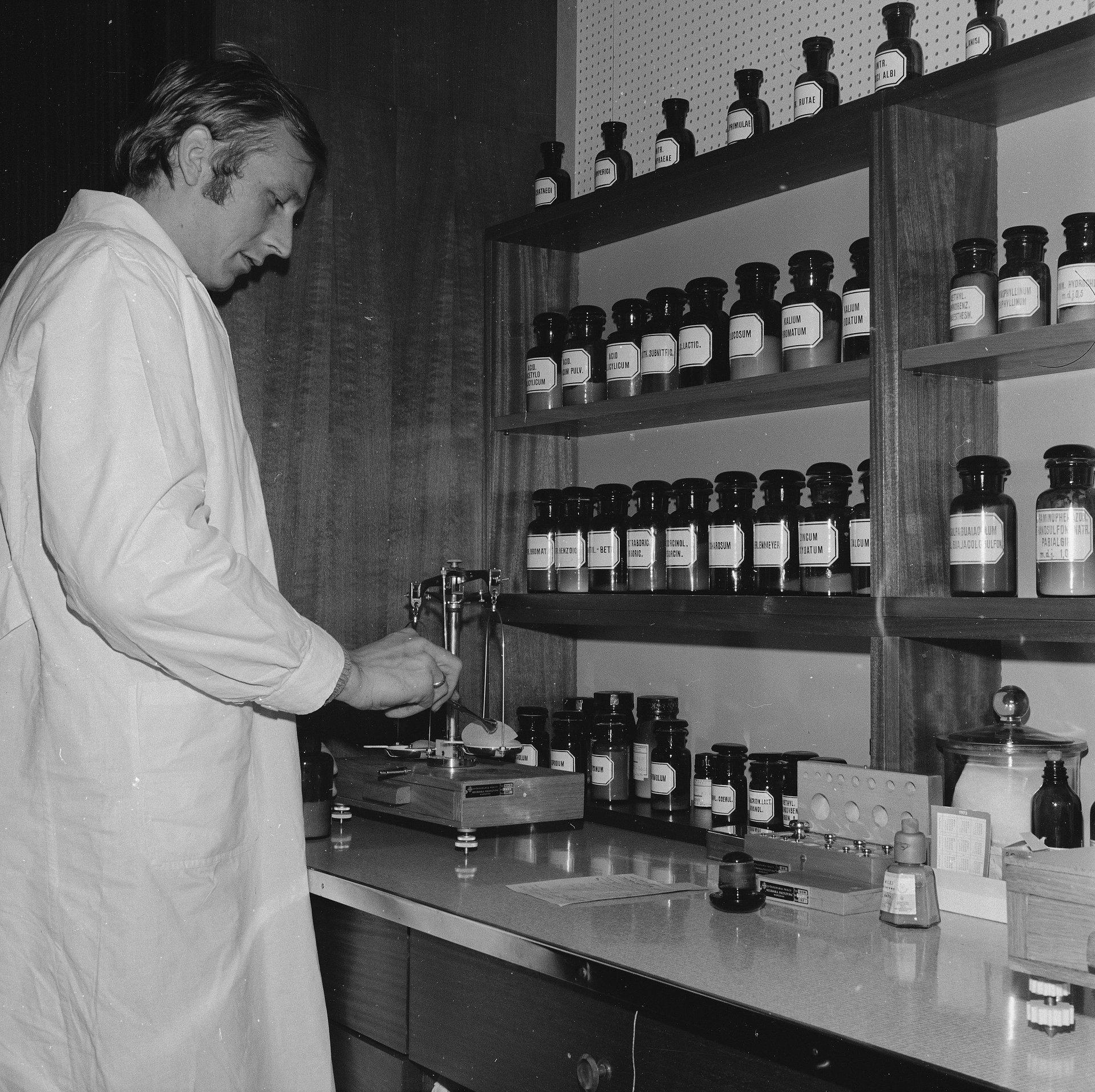 Degradacja aptek i zawodu farmaceuty. Od ekspedienta do magistra