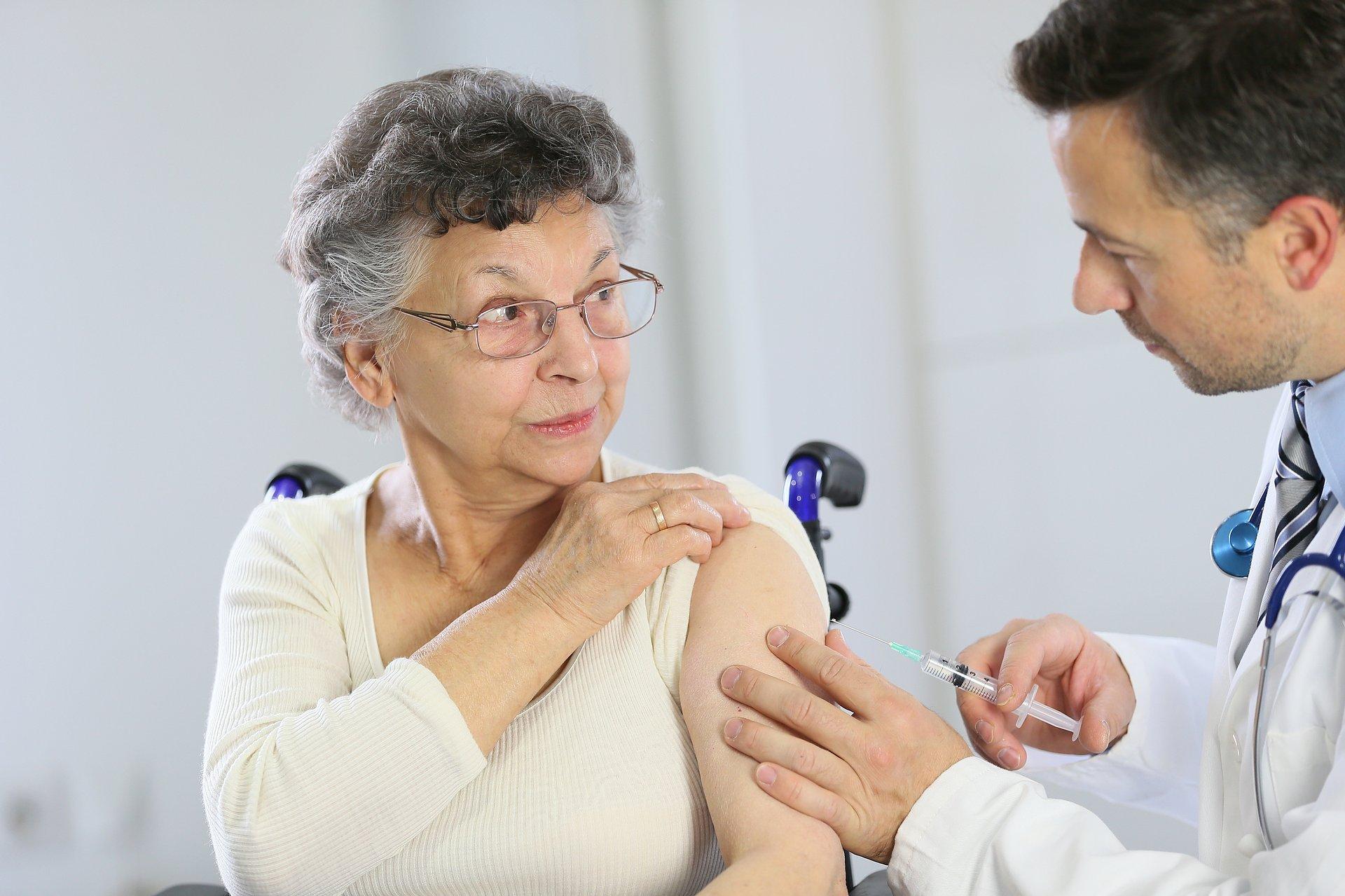 Eksperci: wszyscy powinni zaszczepić się przeciw grypie. Czy będzie darmowa szczepionka od 75 plus?