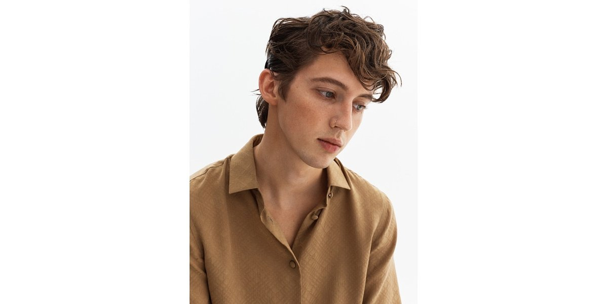 Troye Sivan jako wściekły nastolatek