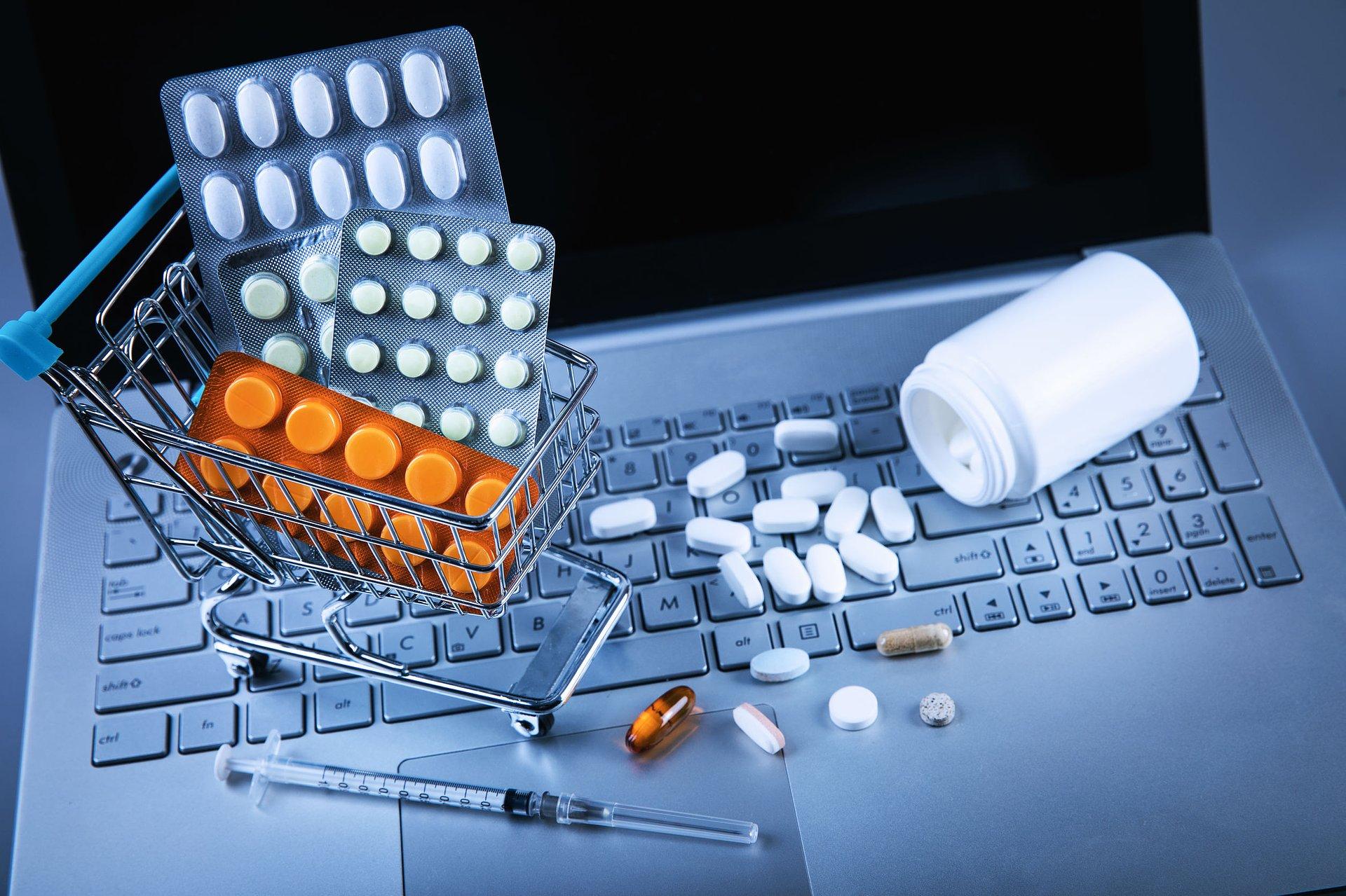 CBOS: coraz chętniej kupujemy przez internet leki OTC i suplementy diety