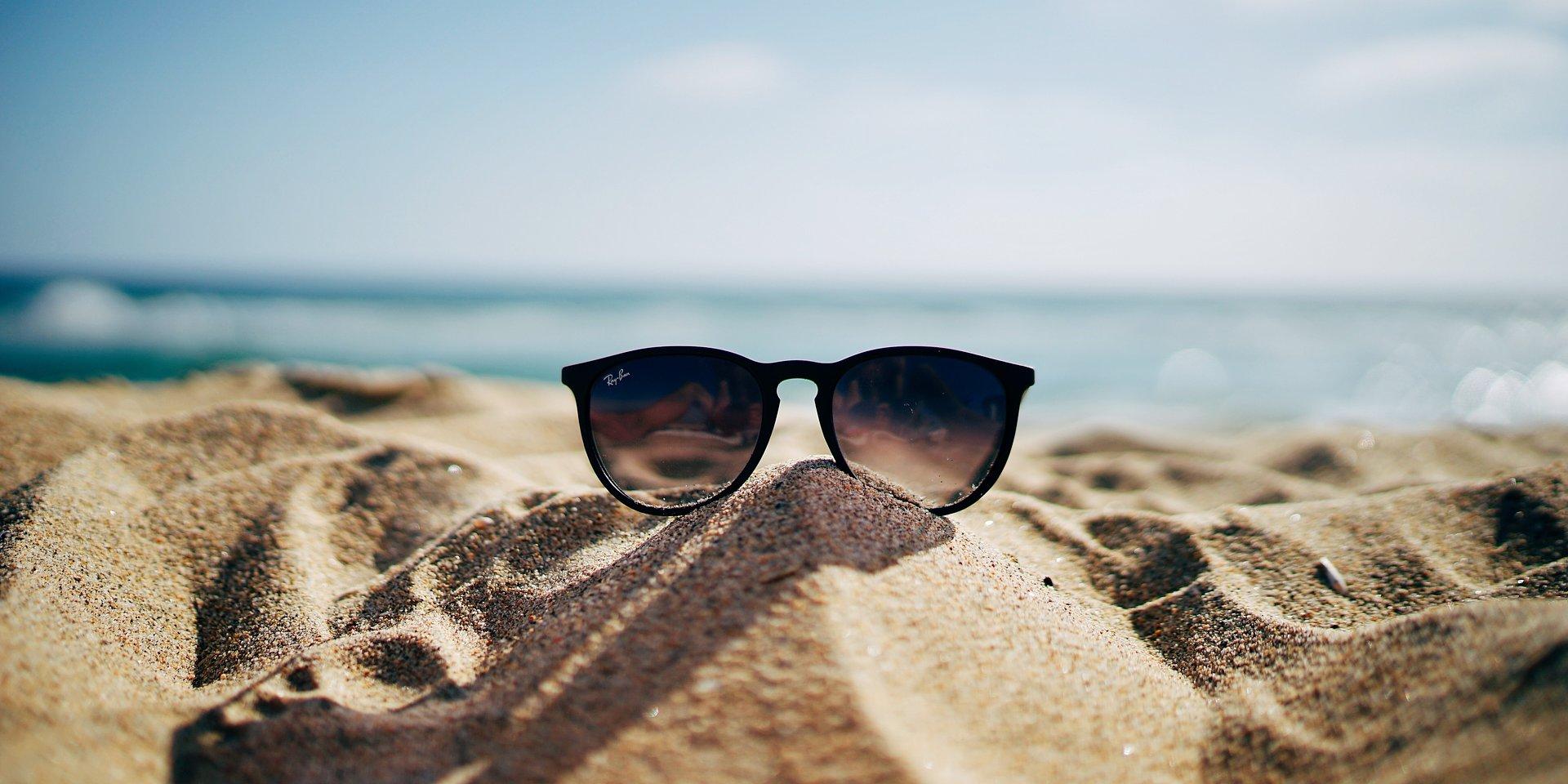 Passeggiare lontano dallo smog, assumere cibi ricchi di calcio ed esporsi al sole: ecco come fare il pieno di vitamina D, secondo MioDottore
