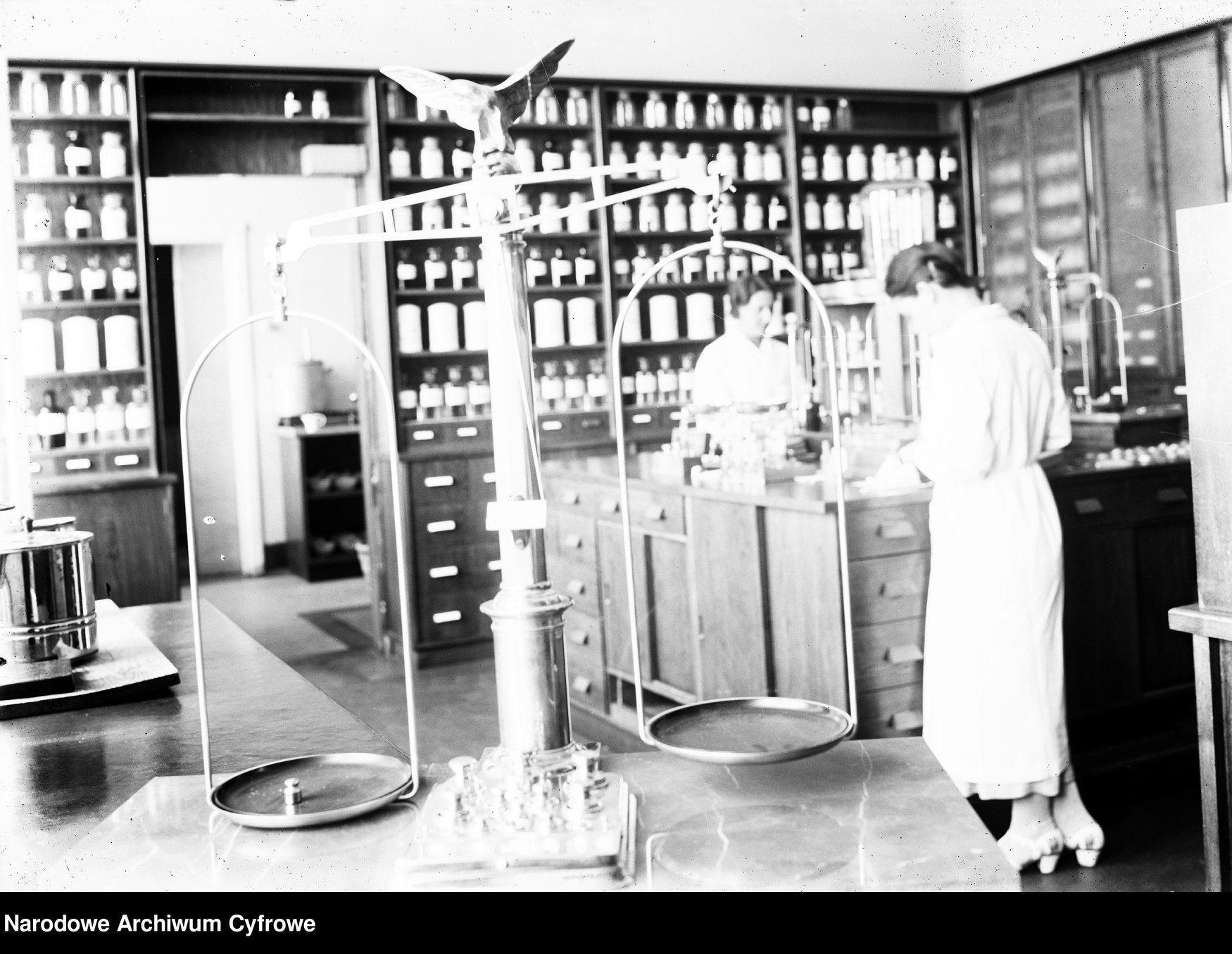 Dawne apteki na fotografiach Narodowego Archiwum Cyfrowego
