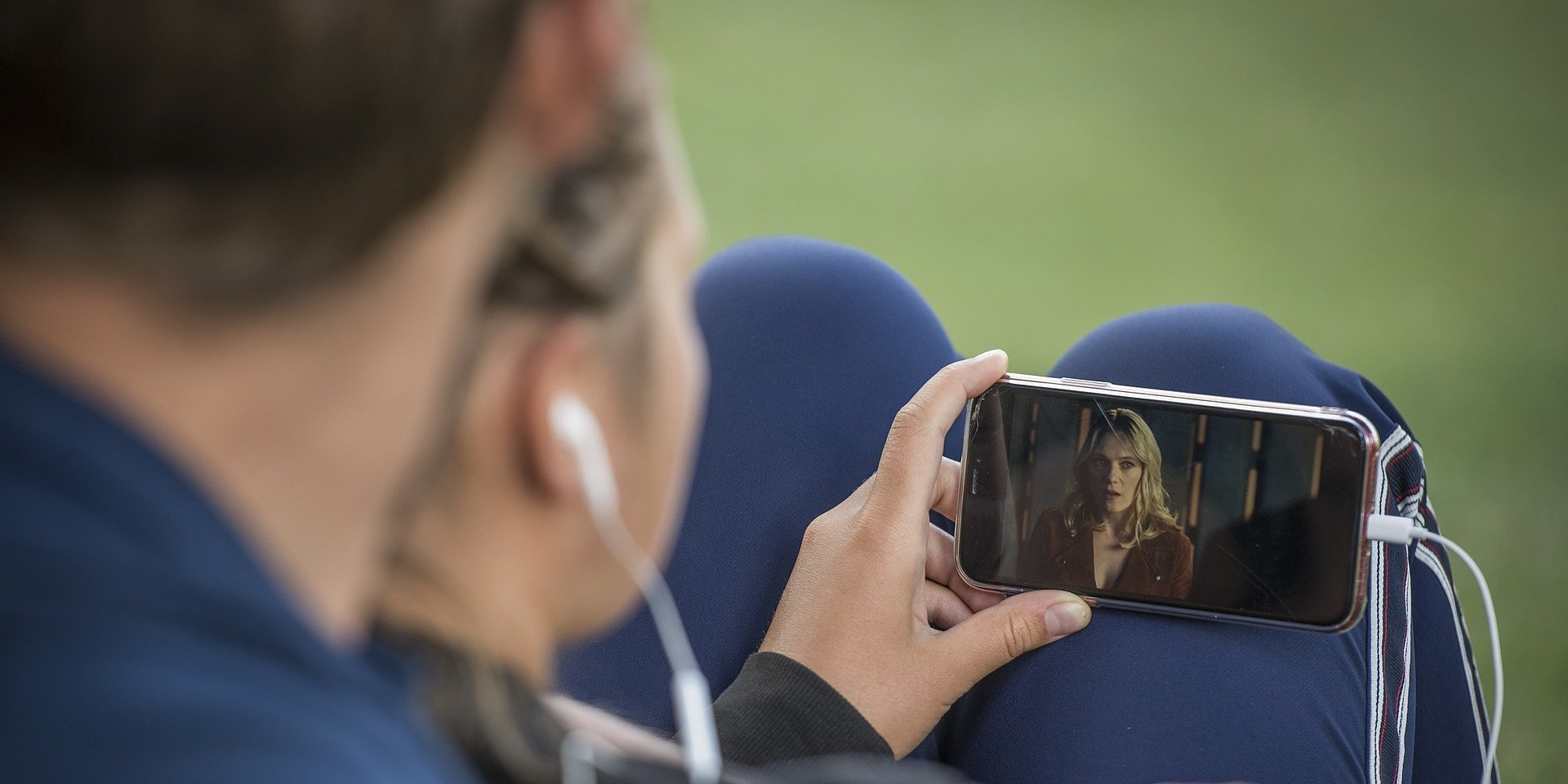 Mały ekran o dużych możliwościach. Jak smartfon zastąpił telewizor, a nawet kino