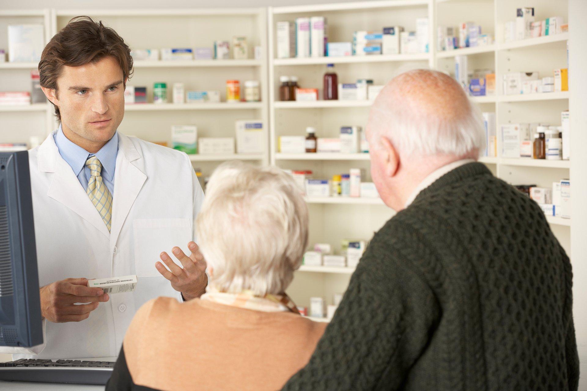 Koronawirus w pytaniach i odpowiedziach. Wpadka z godzinami dla seniorów w aptekach
