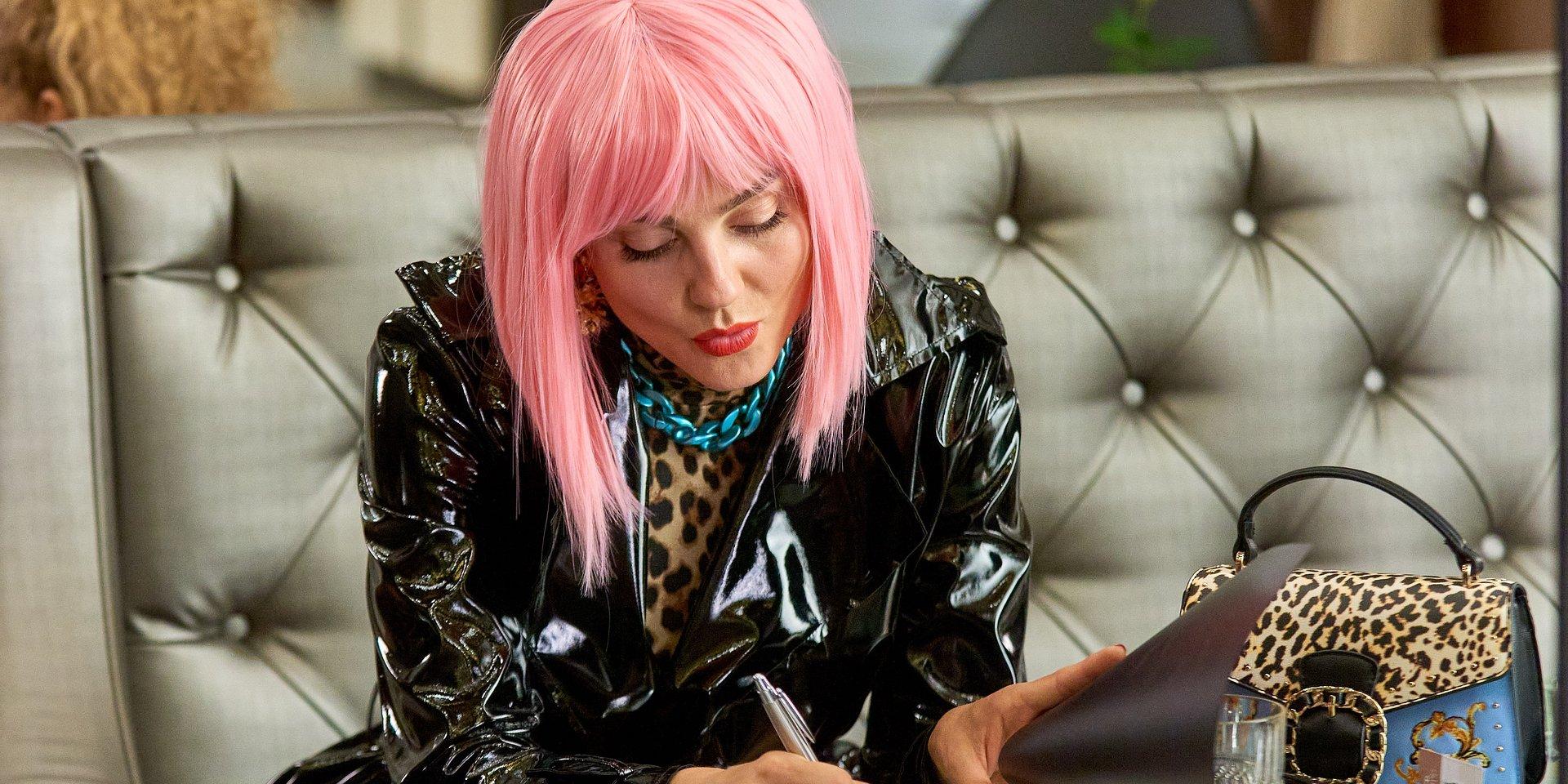 BrzydUla: Sebastian umawia się z Violettą w hotelu.