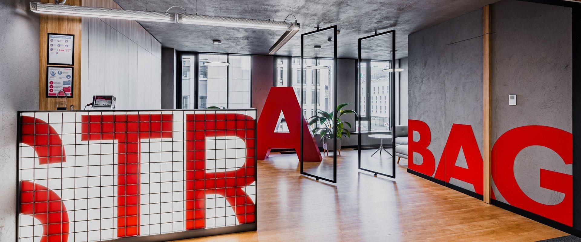 Partnerstwo, niezawodność i skromność – aranżacja wnętrza biura STRABAG Real Estate odzwierciedla charakter marki.