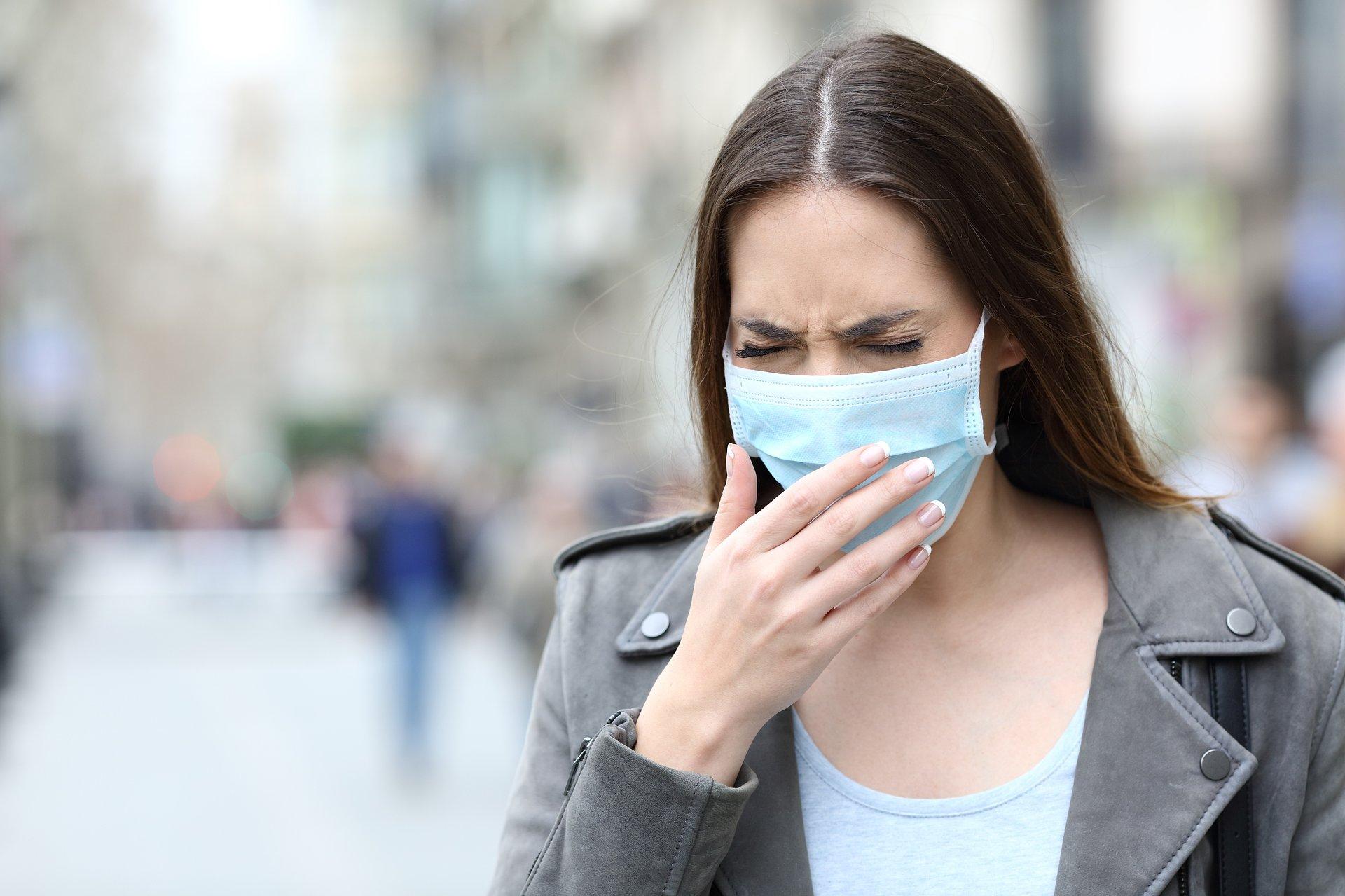 """Nie tylko COVID. Jak smog, maseczki i """"chore budynki"""" działają na układ oddechowy?"""