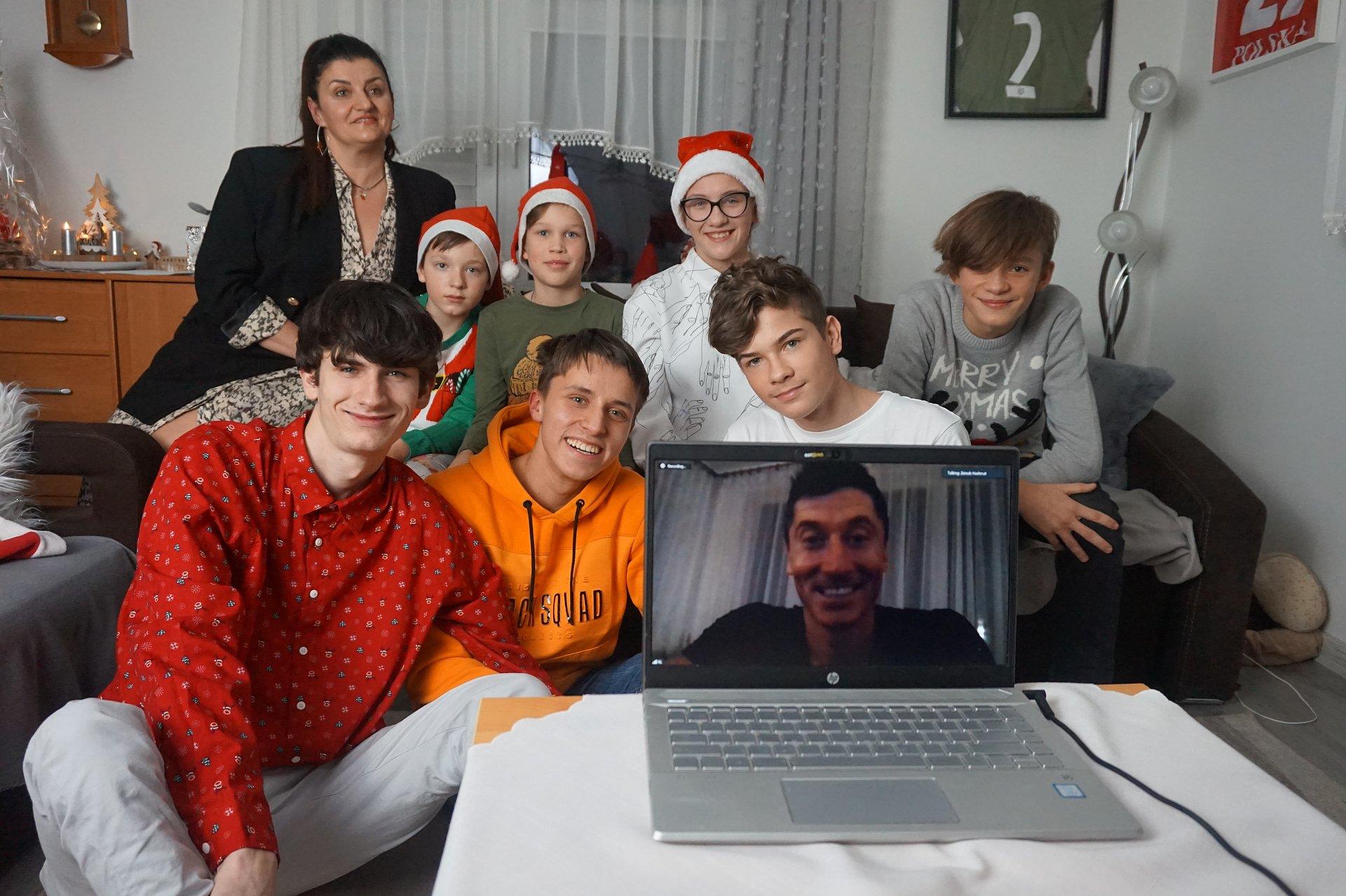 #Pierwsze takie Święta        - Robert Lewandowski zrobił mikołajkową niespodziankę podopiecznym SOS Wiosek Dziecięcych.