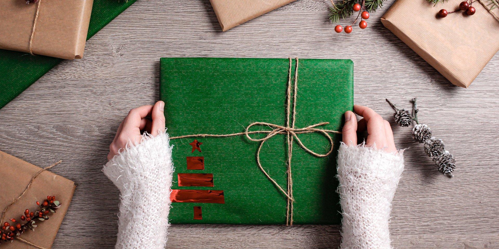 Raport: jak użytkownicy platform e-commerce kupują prezenty świąteczne?