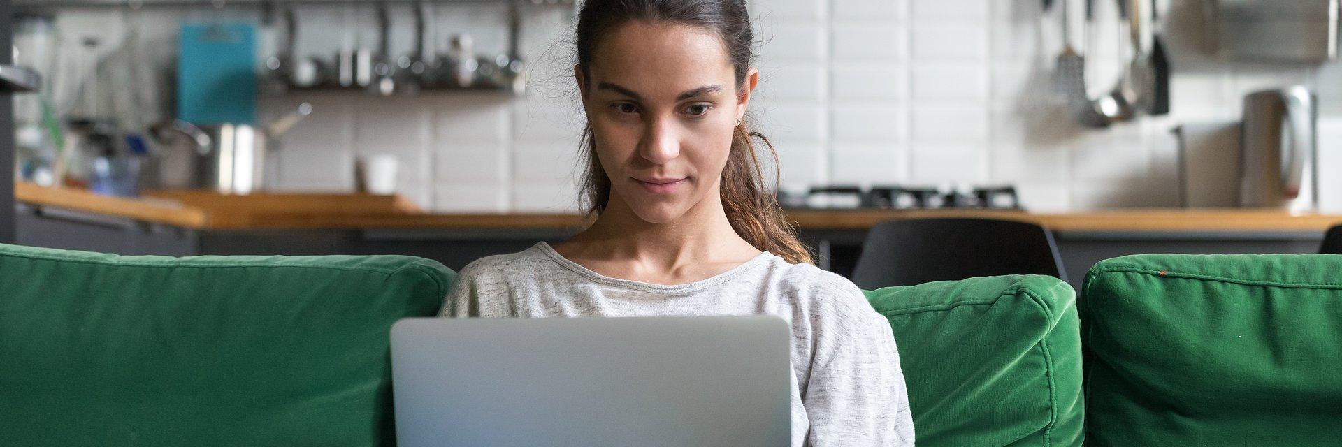 Praca zdalna zostanie, ale tęsknimy za biurem. 64% pracowników chce hybrydowego modelu