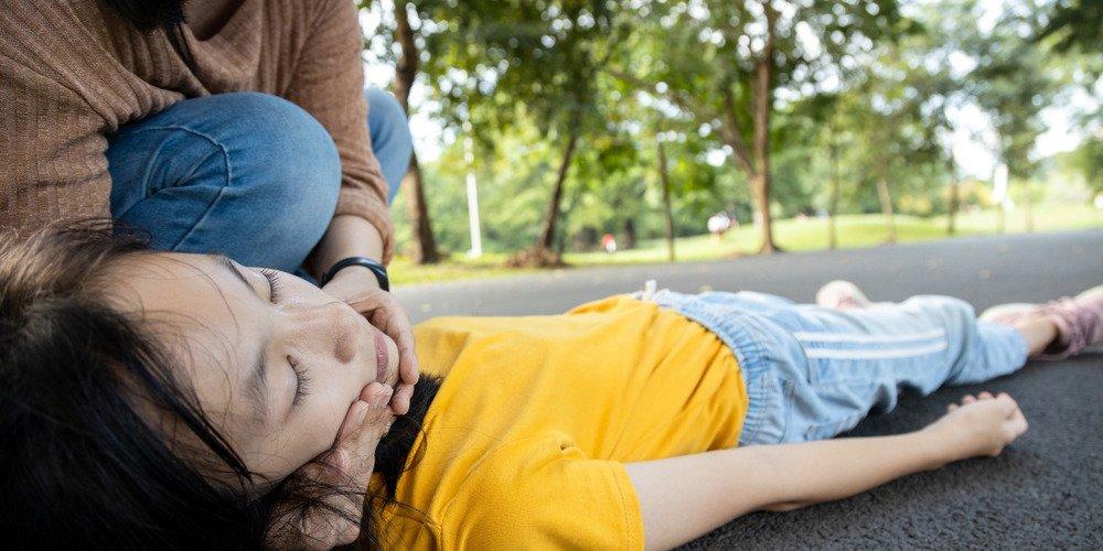 Jak pomóc poszkodowanemu w napadzie padaczkowym?