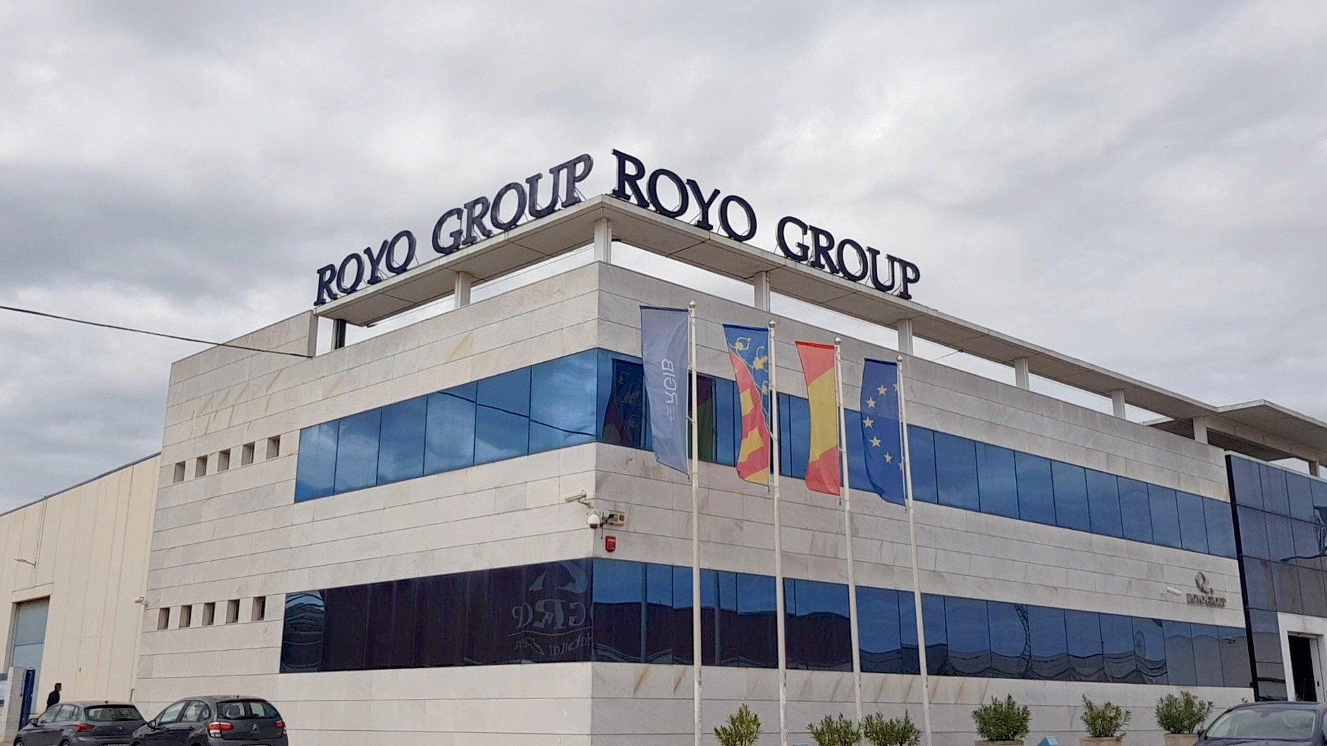 Roca i Royo podpisują porozumienie.