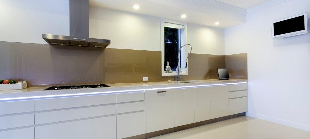Jak dobrać oświetlenie do rodzaju blatu w kuchni?