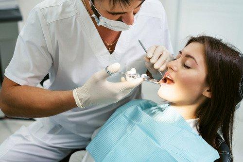 Kiedy reumatolog, kardiolog i nefrolog zaglądają do jamy ustnej